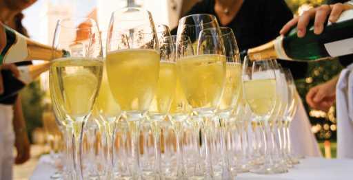 наливают себе спиртное в бокалы, день рождения женщине