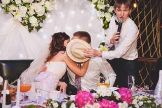 конкурсы на свадьбу поцелуй